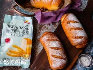 红糖黑啤酒面包,若看到面团上色过深,可以在上面盖一层锡纸,烘烤结束后面包放网架放凉。