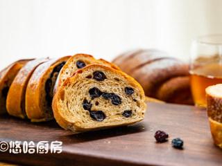 红糖黑啤酒面包,吃的时候切片,用朗姆酒浸泡的果干风味独特,果干可以换成自己喜欢的哈。