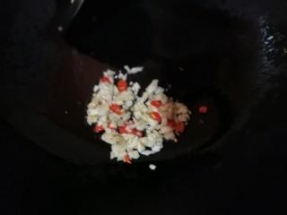 凉拌拍黄瓜,放入蒜米和辣椒圈继续小火煸熟即可,关火晾凉。