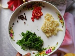 凉拌拍黄瓜,准备酱汁需要的材料,花椒,小米椒,蒜米,香菜,该切的切好备用。