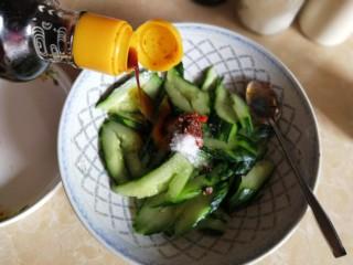 凉拌拍黄瓜,倒入约30ml生抽和20ml的纯酿醋。