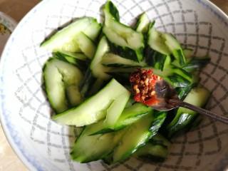 凉拌拍黄瓜,取出黄瓜,加一勺辣椒酱。