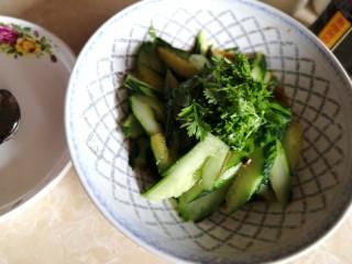 凉拌拍黄瓜,放入香菜。