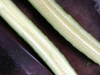 凉拌拍黄瓜,对半切开,拿刀的侧面轻轻拍黄瓜至微扁。