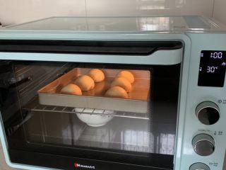 豆沙小餐包,送烤箱进行二次发酵,发至1.5倍大小。