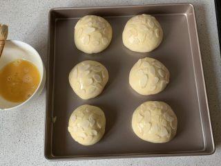 豆沙小餐包,刷一层薄薄的蛋液,撒杏仁片