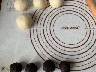 豆沙小餐包,排气、分割成6份、滚圆、盖保鲜膜松弛15分钟、豆沙馅均分6份揉圆备用。