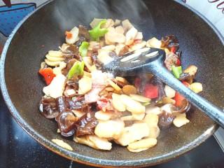 木耳荸荠炒肉片,在放入木耳,盐,味精翻炒片刻出锅装盘