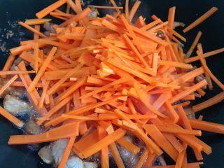 洋葱炒胡萝卜,倒入胡萝卜丝