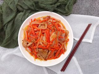 洋葱炒胡萝卜,简单粗暴的胡萝卜炒洋葱就完成了啊✅