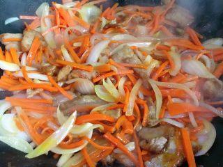 洋葱炒胡萝卜,翻炒均匀后小火焖一会 让洋葱焖熟焖软后就可以了