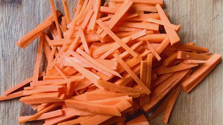 洋葱炒胡萝卜,胡萝卜切丝备用