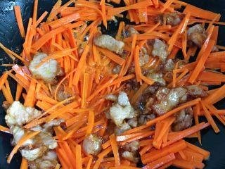 洋葱炒胡萝卜,翻炒均匀 让胡萝卜丝充分吸收油脂