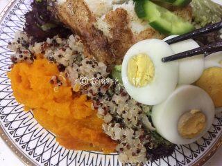香煎巴沙鱼南瓜藜麦沙拉,再放上切成片的鸡蛋,黄瓜和鱼。