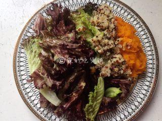香煎巴沙鱼南瓜藜麦沙拉,用生菜打底,然后随意的摆放上南瓜泥和藜麦。