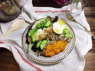 香煎巴沙鱼南瓜藜麦沙拉,完成。