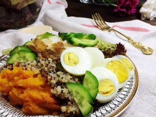 香煎巴沙鱼南瓜藜麦沙拉,根据你的喜好,佐以油醋汁、各式沙拉酱或者别的什么,就可以开吃啦。