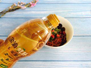 虫草花拌木耳,加入20g花生油搅拌均匀即可食用