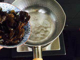 虫草花拌木耳,锅中加入水大火煮开倒入黑木耳