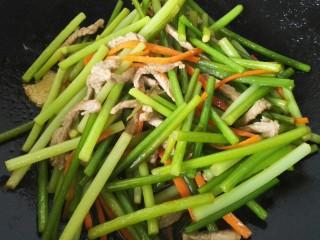 蒜薹炒肉丝,快速翻炒均匀入味即可出锅