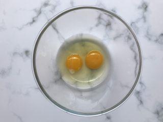 芝麻薄脆饼干,两个鸡蛋打入碗中