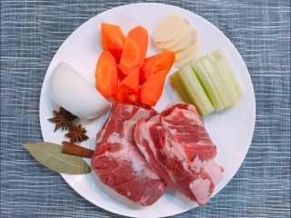 蔬菜牛肉,准备好食材和调料。  牛肋条烹饪过程中不用切块,大块下锅煮,可以锁住牛肉中的水分,吃起来不柴~