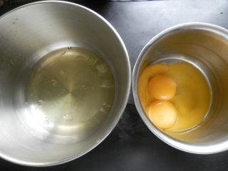 6寸黑麦戚风,分离蛋白蛋黄,蛋白放在干净、无水无油的盆。
