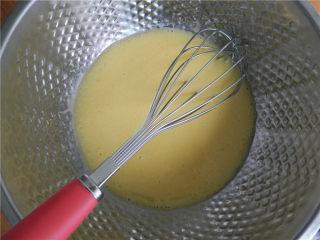 6寸黑麦戚风,拌匀后倒入蛋黄中,搅拌均匀。