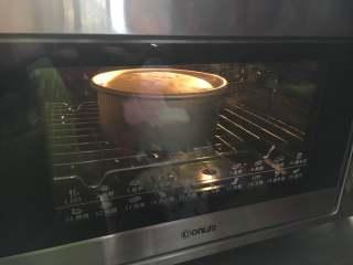 6寸黑麦戚风,模具震二下,放入烤箱中下层,150度45分钟左右(上色后盖锡纸,要快!)。