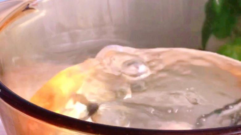 猪肉丸子汤,水沸入锅