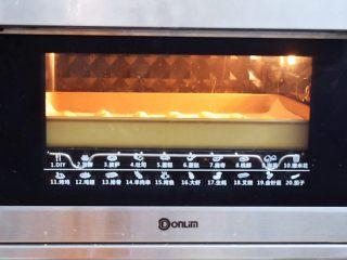 手指饼干,再放入预热好的烤箱,上下火170度,中层12-15分钟,具体要根据自家的烤箱脾气为准