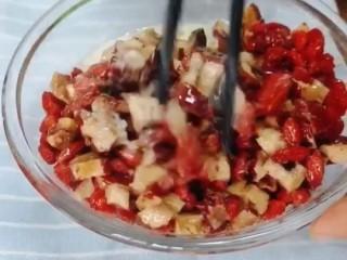 红枣枸杞蛋糕,搅拌均匀备用