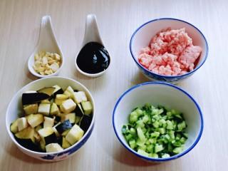 肉糜茄子打卤面,茄子洗干净设定,黄瓜洗干净切丁,蒜去皮切碎。