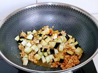 肉糜茄子打卤面,再加入茄子丁翻炒均匀。
