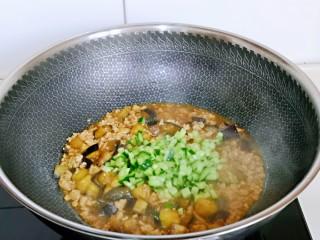 肉糜茄子打卤面,茄子熟了加入黄瓜丁。