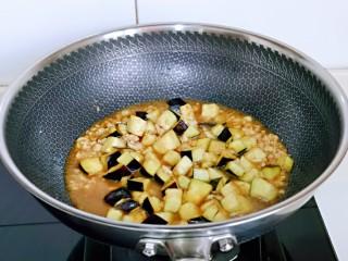肉糜茄子打卤面,加入一小碗纯净水,烧开煮2-3分钟。