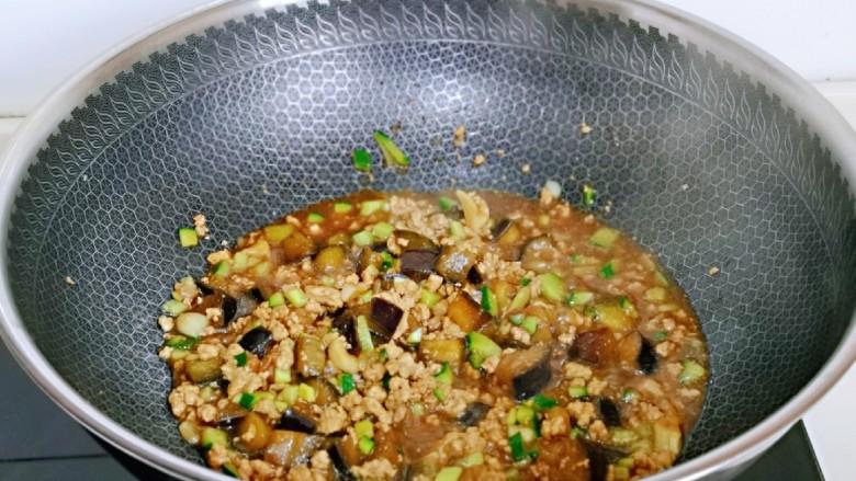 肉糜茄子打卤面,翻炒均匀,关火出锅。