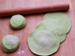 鹅蛋韭菜翠玉盒子,摁扁后,再用擀面杖擀成圆形薄面皮。