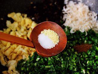 鹅蛋韭菜翠玉盒子,再根据个人口味,加入适量的盐和鸡精调味。