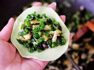 鹅蛋韭菜翠玉盒子,把擀好的面皮里放入适量搅拌好的馅料。