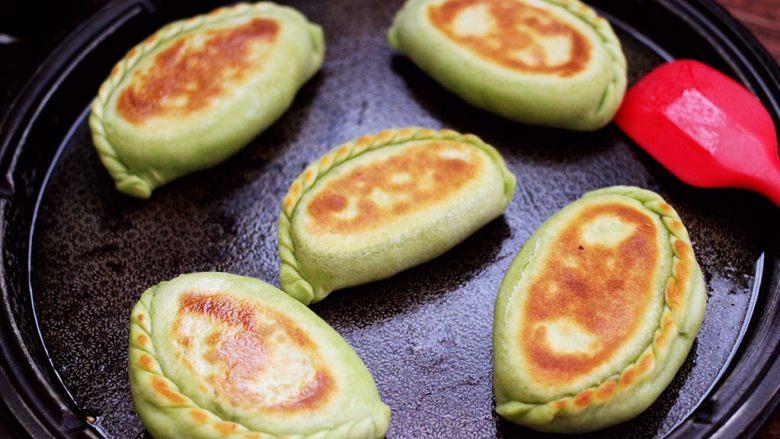 鹅蛋韭菜翠玉盒子,把盒子煎至两面金黄色就可以了,过程大概需要5分钟左右哟,没有电饼铛的,可以用平底锅烙制是一样的哈。