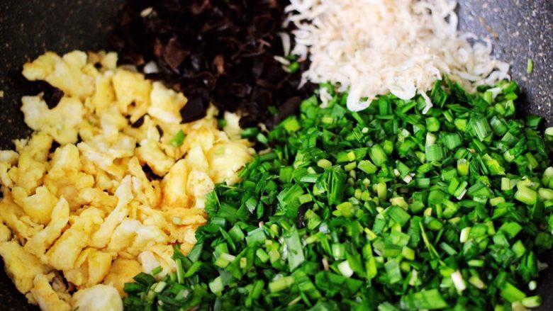鹅蛋韭菜翠玉盒子,在炒好鹅蛋的锅里,放入木耳和韭菜,再加入虾皮。