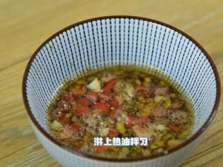 简单开胃,又不失营养的凉拌西兰花,碗中加入盐、糖、胡椒粉、生抽、蒜末、小米椒,淋上热油拌匀。