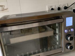 皇家曲奇,放入预热好的烤箱、中层、上下火170度、烤23分钟左右即可