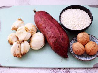紫薯百合核<a href=http://www.7349666.com/shicai/guopin/15696.html target=_blank><u>桃</u></a>糯米粥,把所有的食材备齐。