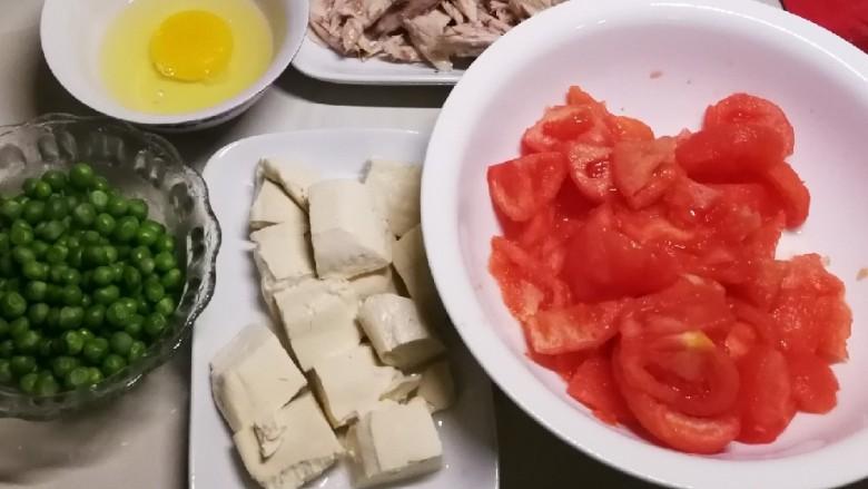 番茄鸡蓉烩豆腐,番茄切小块  豆腐切块  豌豆煮熟  鸡肉切碎  鸡蛋打散