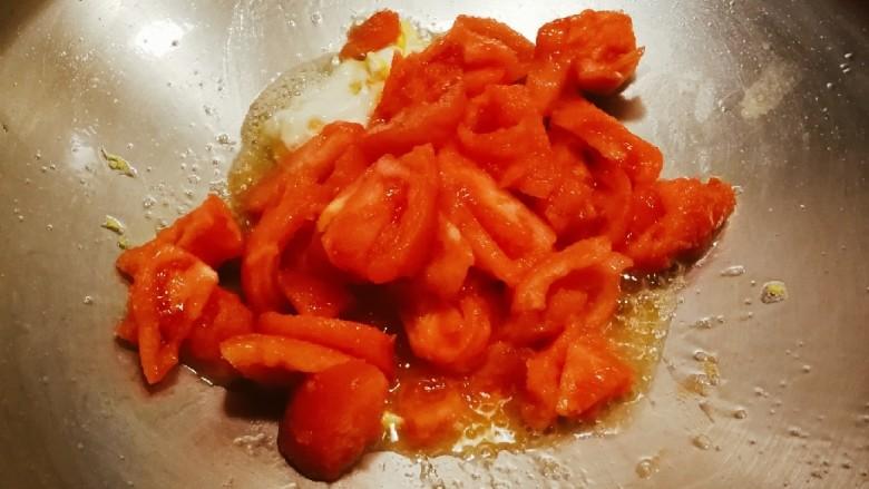 番茄鸡蓉烩豆腐,鸡蛋炒熟后直接放入番茄翻炒