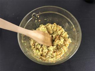 西兰花肉松饭团,把剩米饭放入料理机中和肉松蔬菜末一起拌匀。