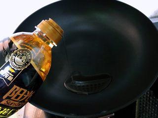 藤萝花饼,吃下整个春天,不沾油平底锅加热,倒入一点油。