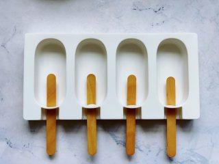 豆乳雪糕,取出准备好的干净的冰棒模具,插入雪糕棍。